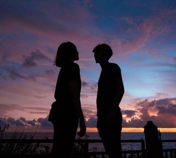 Kayak Masih Pacaran, 10 Potret Mesra Alffy Rev dan Istri