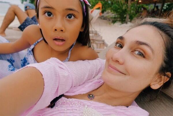 10 Momen Manis Luna Maya & Keponakannya Liburan Bareng,Aunty Idaman!