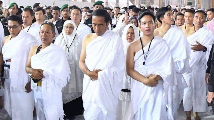 Di masa tenang pemilu jokowi dan keluarga umroh dan berkesempatan masuk ka'bah