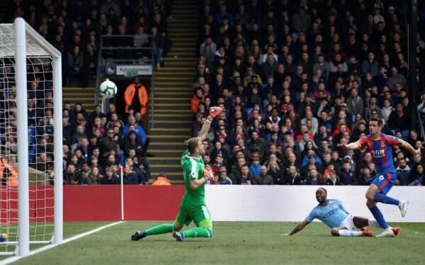 Raheem Sterling Moncer, Manchester City Tumbangkan Crystal Palace