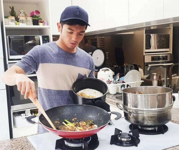 Multitalent, 10 Pesona Nicky Tirta Saat Jadi Chef yang Bikin Deg-degan