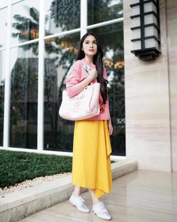 Formal dan Santai, 9 OOTD Sandra Dewi Ini Siap Bikin Kamu Awet Muda!