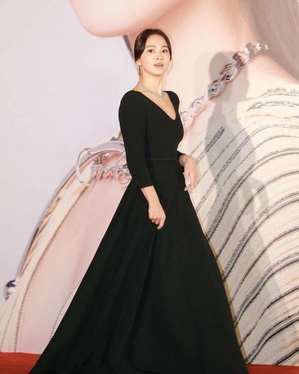 10 Gaya Song Hye Kyo di The Hong Kong Film Awards 38 Ini Bikin Terpana