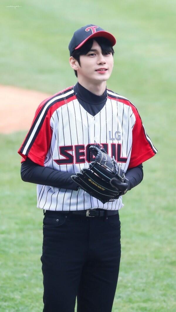 6 Idol KPop yang Tampil Menawan dengan Pakaian Baseball, Cool Abis!