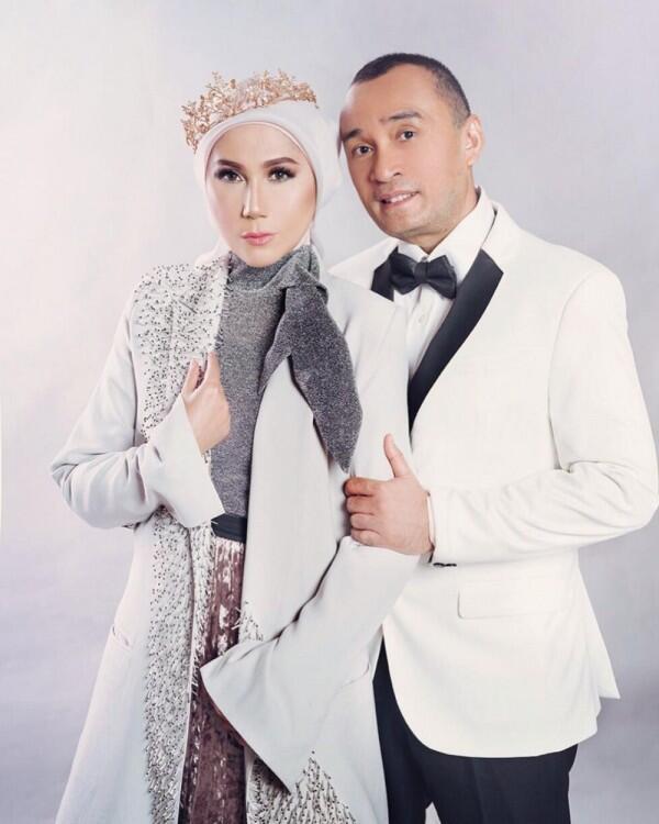 10 Momen Romantis Marini Zumarnis dan Suami, Family Goals Banget!