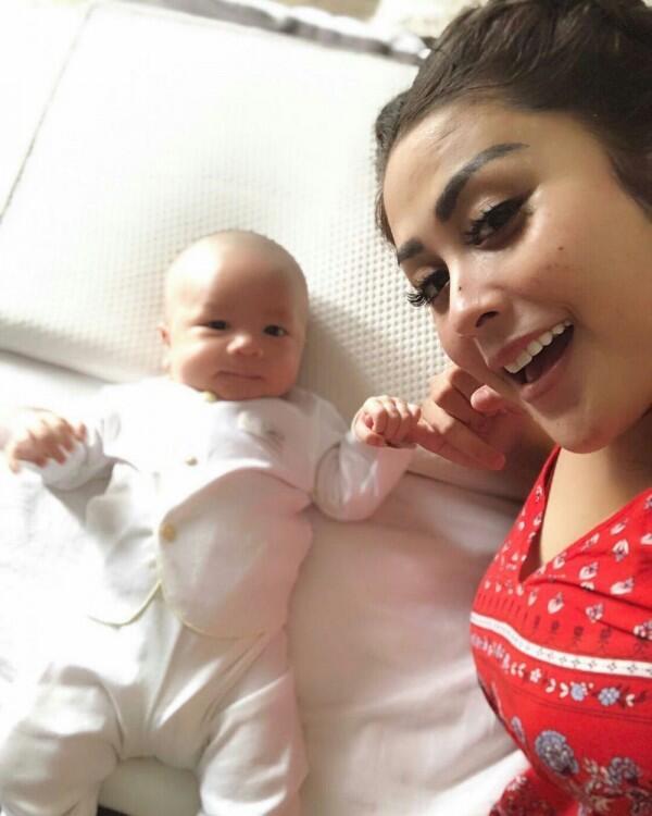 9 Momen Selvi Kitty Asuh Baby Abizard, Telaten Banget