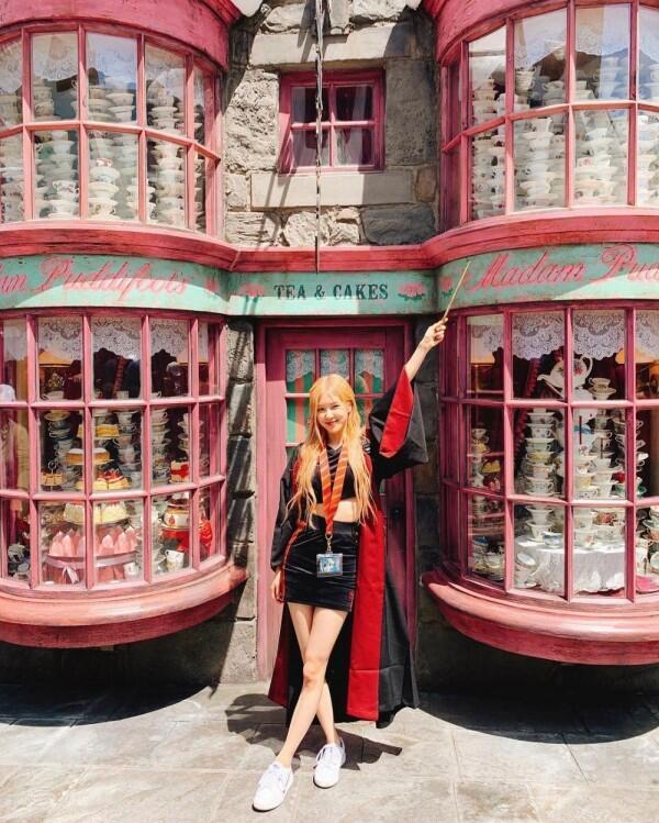 10 Gaya Fashionable BLACKPINK jadi Turis di Universal Studio Hollywood