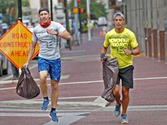 Cobain Plogging Yuk Gan! Tren Jogging Sambil Mungutin Sampah di Jalan