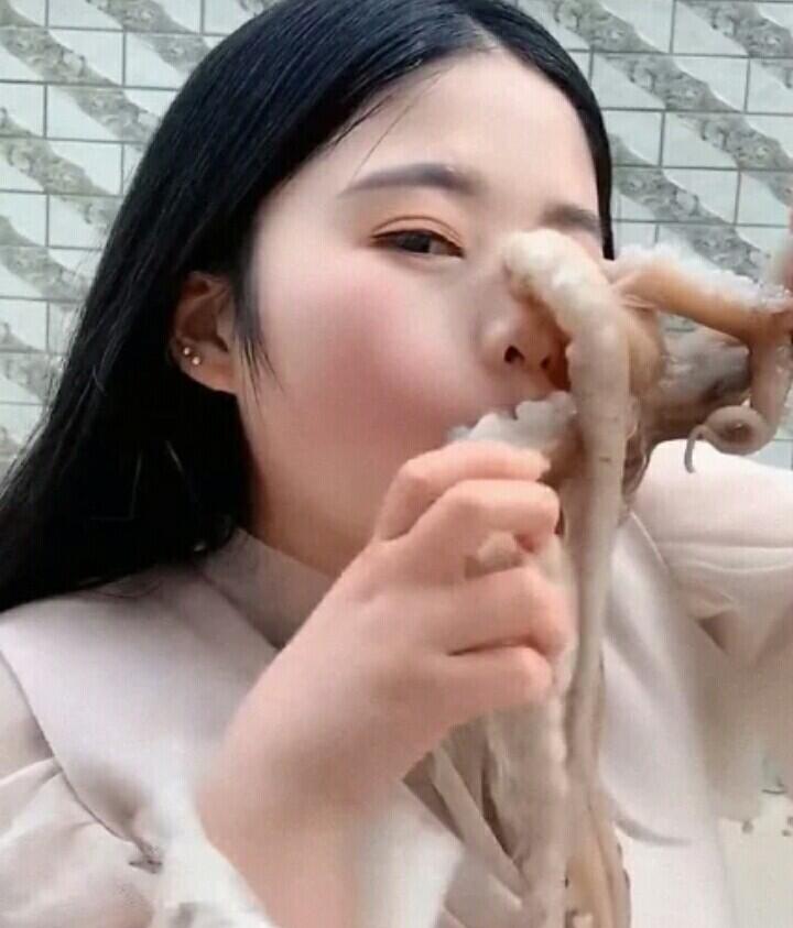 Niat Nge'Vlog Makan Gurita, Wanita Ini Berakhir Tragis