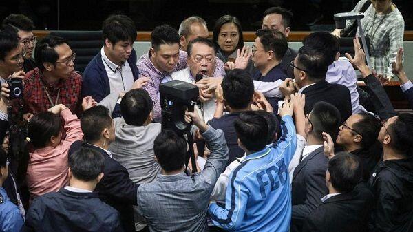 Sidang Parlemen Hong Kong Ricuh, Seorang Dilarikan ke RS