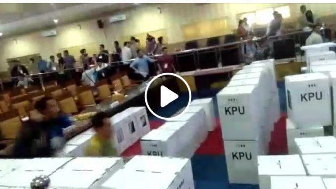 [SALAH] Video Polisi Tembak Saksi Saat Rekap Pleno KPU