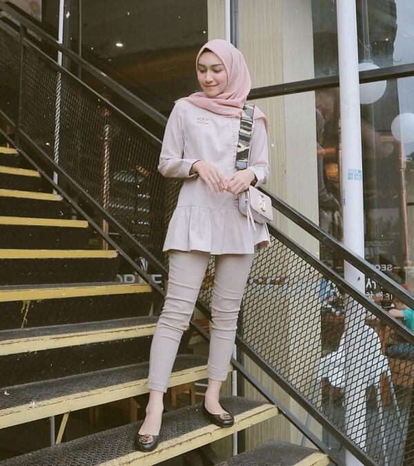 10 Ide Mix and Match Blouse dengan Hijab Simple ala Melody Prima