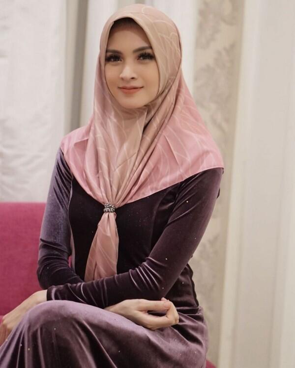 Didoakan Istiqomah, Ini 10 Potret Cantik Donita dengan Hijab Anggunnya