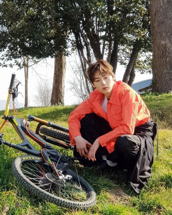 10 Potret Terbaru Minhyun, Member NU'EST yang Mirip Park Seo Joon