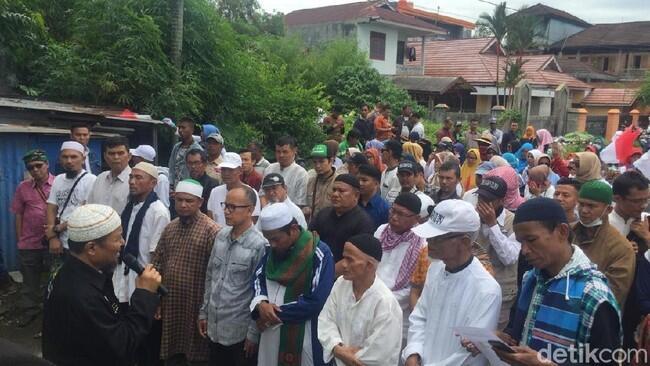(ada VOG di barisan depan gan) Demo KPU Sumatera Barat, Massa Gelar Salat Gaib