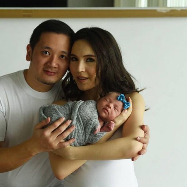 Jarang Diekspos, Ini 10 Potret Olivia Jensen Bersama Suami & Putrinya
