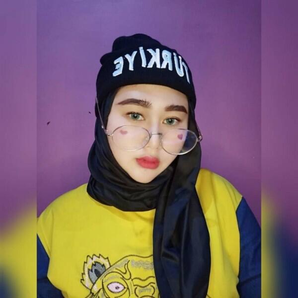 8 Ide OOTD Hijab ala Shelvie Hana Wijaya, Istri Daus Mini yang Stylish