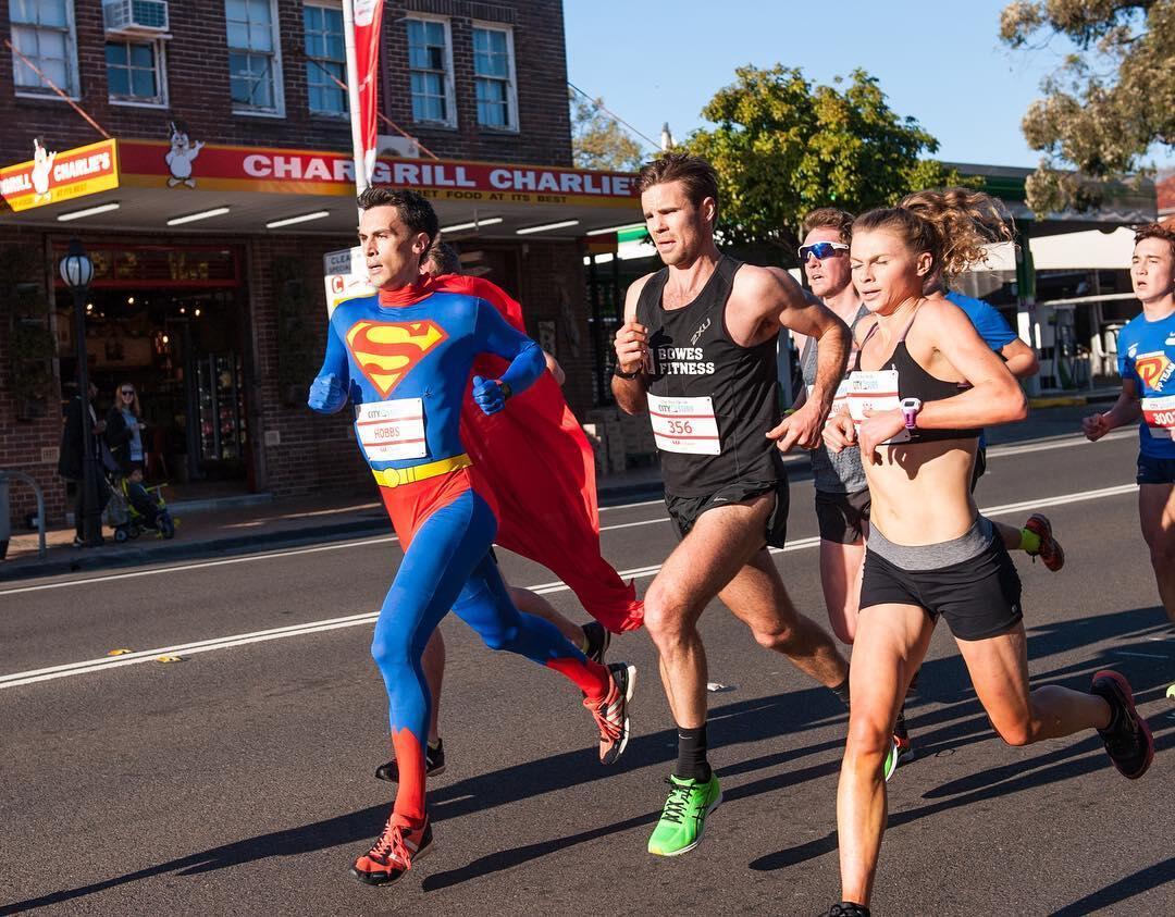 WOW, dengan Bergaya ala SUPERMAN, Pelari ini memenagkan Perlombaan Lari Gawang
