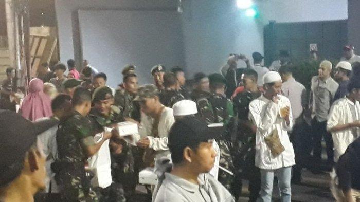 TNI Sebar Nasi ke Massa, Demonstran Balas Sorakan: Hidup TNI, Terima Kasih Pak