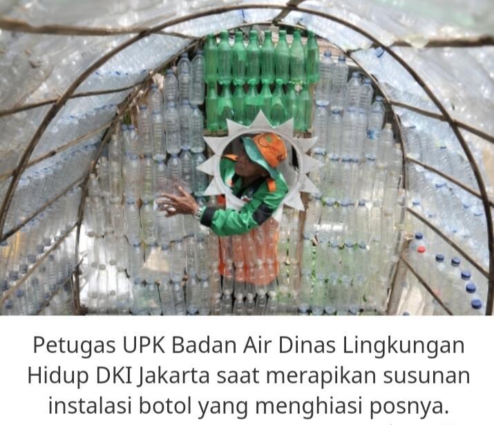 Sampah Plastik Menunjukkan Aksinya Di Bantaran Sungai Pasar Rebo