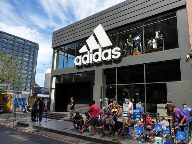 Seorang Ayah Rela Antri 3 Hari Demi Mendapatkan adidas Yeezy Untuk Anaknya