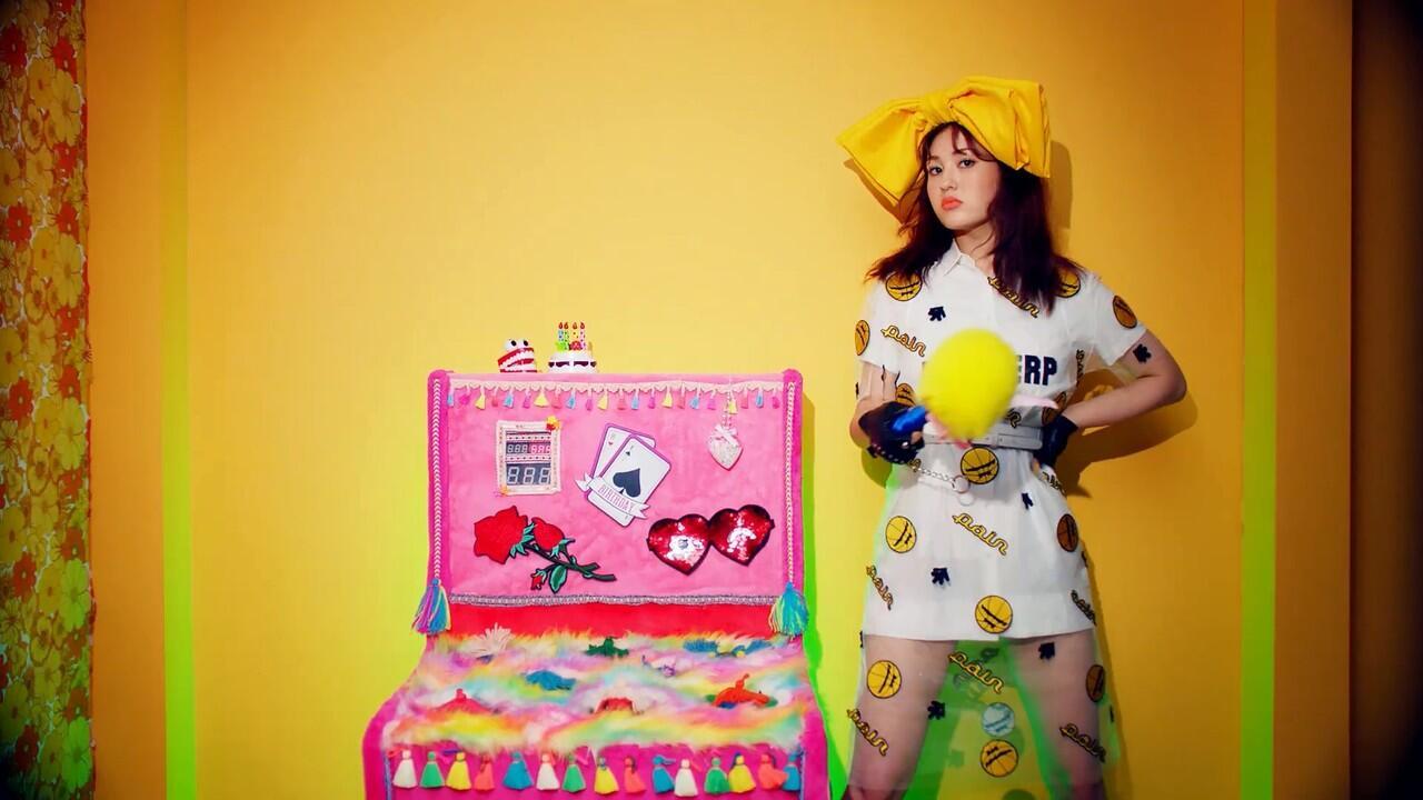 Berapa Kali Somi Ganti Baju di MV 'Birthday'? (Semuanya Gemas)