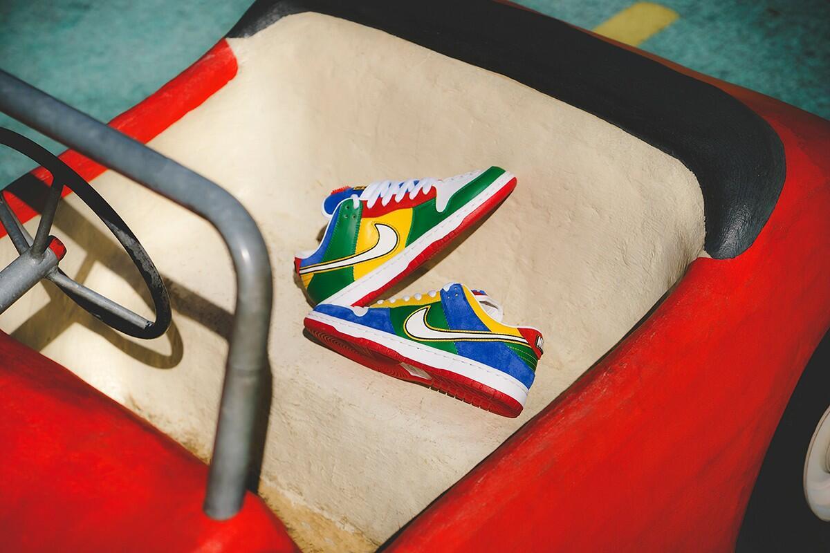 Ngintipin Nike SB Dunk Low dengan tema LEGO. Ceria Banget Gan Warnanya!