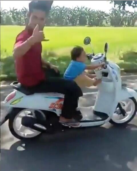 Gila Gan! Balita Umur 3 Tahun Dibiarkan Mengemudi Motor Yang sedang Melaju Kencang