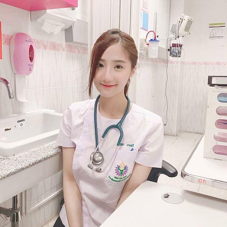 """Dokter Muda Dan """"CANTIK"""" Ini Kaget Temukan Seekor TOKEK Di Telinga Pasien!"""
