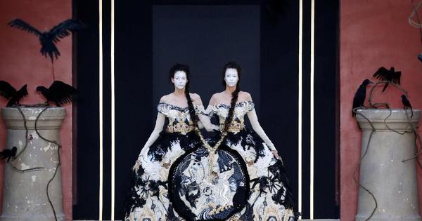 KEREN! Imajinasi Guo Pei Hadirkan Busana Kembar Siam Hingga Busana dari Serat Nanas!