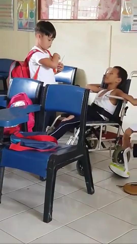 Viral Video Anak Kecil Suapi Teman yang Difabel, Bikin Terharu Netijen!