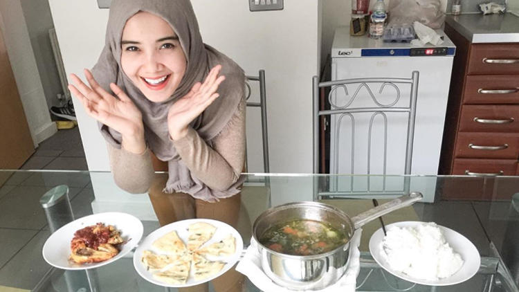 Agan pilih yang mana? Cewek hijab jago masak atau cewek seksi jago ranjang?