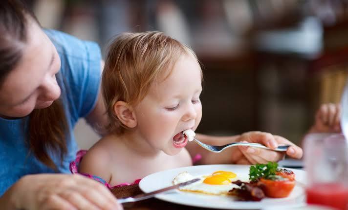 Kebiasaan Emak-Emak 'Jaman Now' : Mendudukkan Anak di Atas Meja Makan