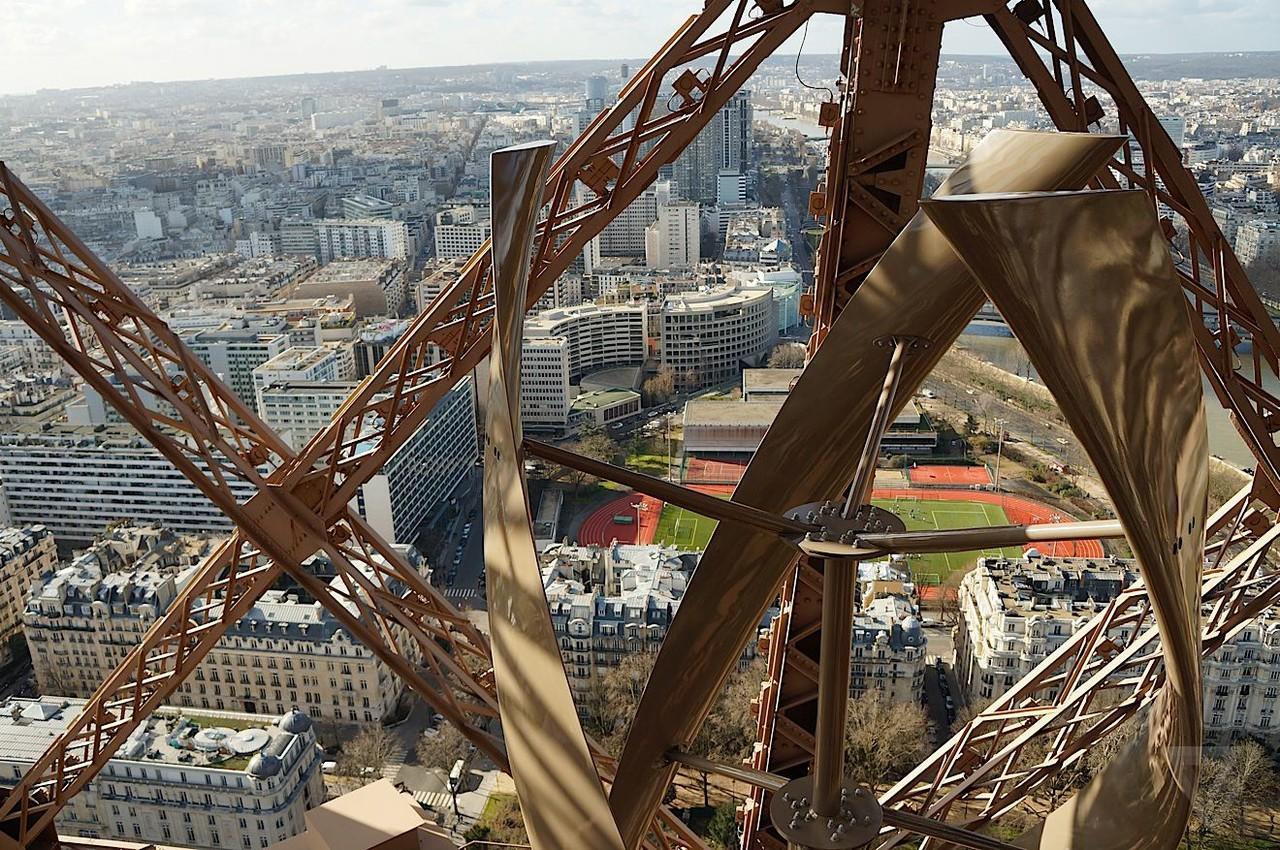 Eiffel Tower Sekarang Punya Baling-Baling di Puncaknya, Wah Indahnya