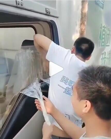 Mudahnya Pria Ini Membuka Paksa Kaca Mobil Yang Terkunci Hanya Dengan Isolasi Lakban