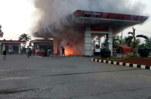 Mobil Terbakar di Pom Bensin Karena Main HP, Emang Seberapa Berbahaya Sih?