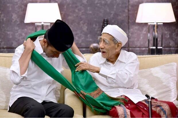 Jokowi Kenang Sorban Hijau dan Salat di Kamar Mbah Moen