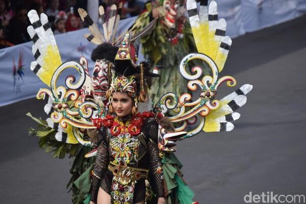 Gaya Cinta Laura di Jember Fashion Carnaval Dikritik Ketua MUI Jembe