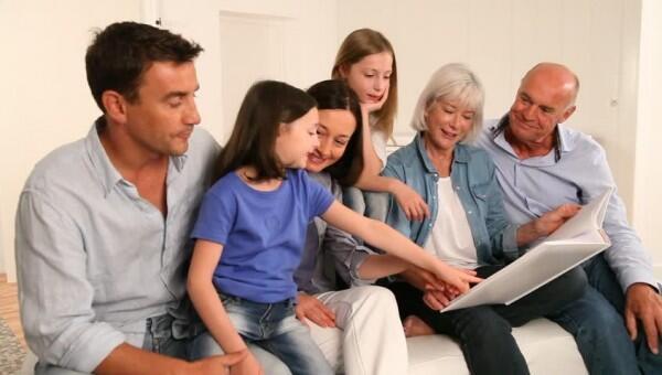6 Alasan Harus Berkencan dengan Pria yang Cinta Keluarga