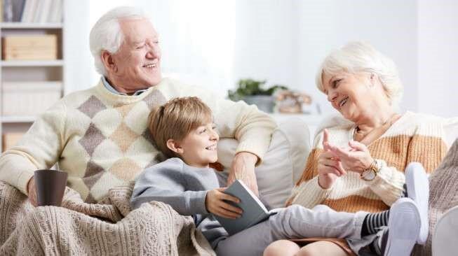 Ingin Mendidik Anak Mandiri Tapi Selalu Dimanjakan Kakek Neneknya? Lakukan Ini Aja!