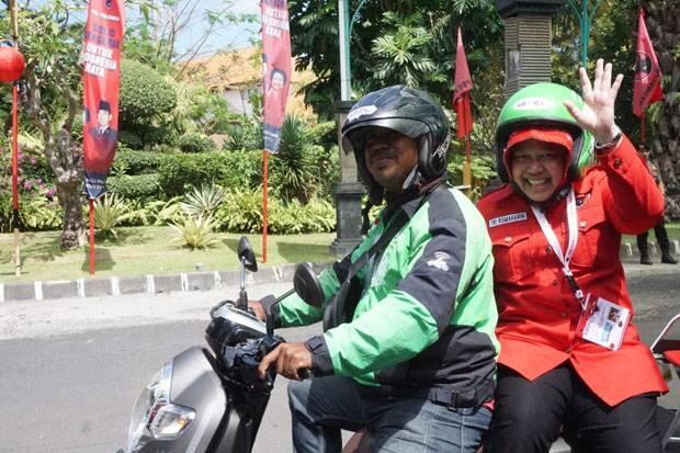 Hindari Kemacetan, Risma Naik Ojek Oline ke Arena Kongres PDIP V di Bali