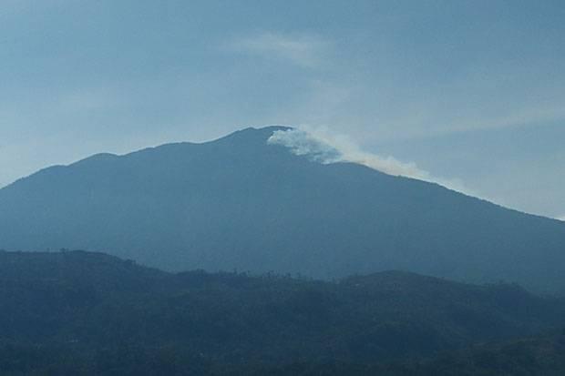 Kebakaran di Puncak Ciremai Meluas, 33 Pendaki Dievakuasi