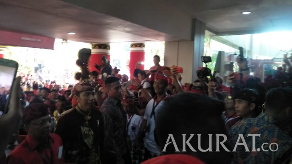 Jokowi Candai Prabowo Soal Alasan Kenakan Baju Bali ke Kongres PDIP