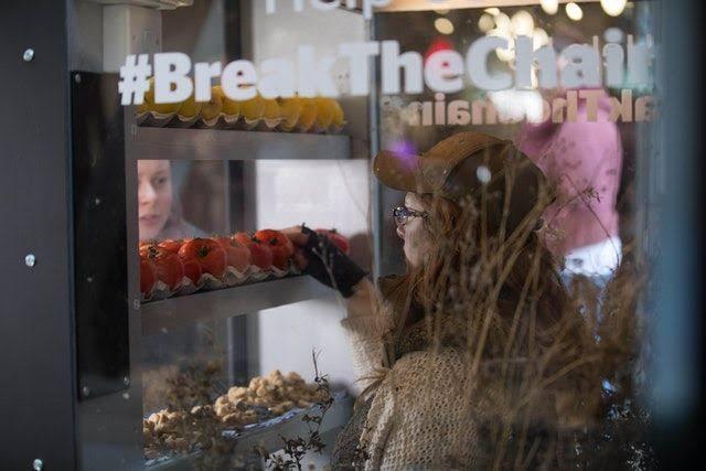 Vending Machine ini Mengingatkan Kita Adanya Perbudakan Modern Saat Ini