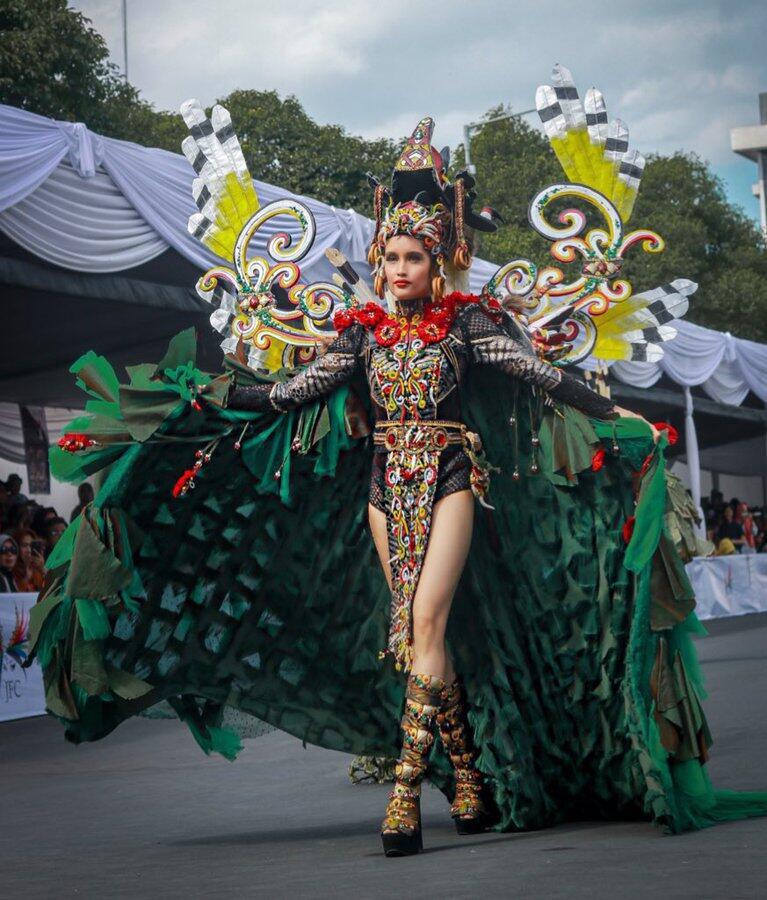 Jleb! Sindiran Cinta Laura untuk FPI yang Sebut Jember Fashion Carnaval Maksiat