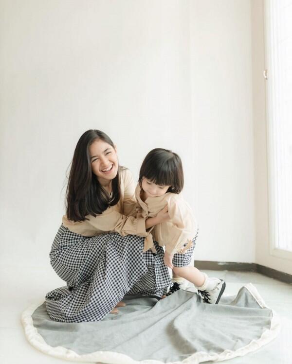 Like Mom and Kid! 9 Potret Cut Syifa Bareng Alita ini Gemas Banget