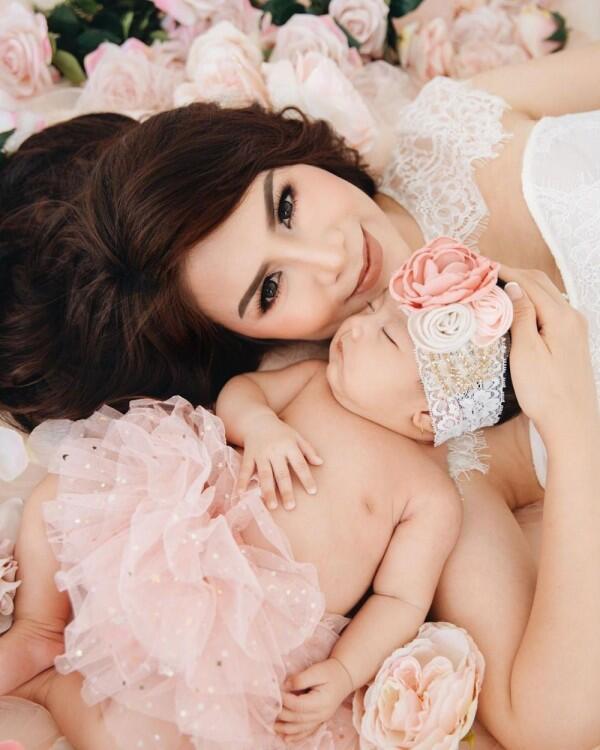 10 Momen Manis Pemotretan Momo & Baby Briel, Like Mother Like Daughter