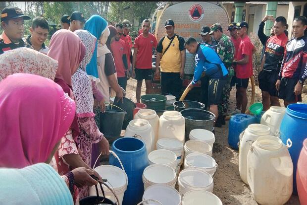 Bantu Atasi Kekeringan, Prajurit TNI Droping dan Angkut Ember Air Bersih
