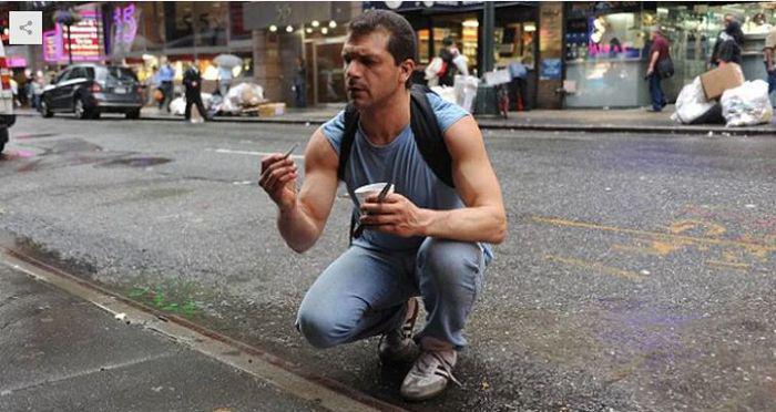 Dulang Emas di Trotoar, Pria Ini Bisa Dapat 4 Gram per Hari