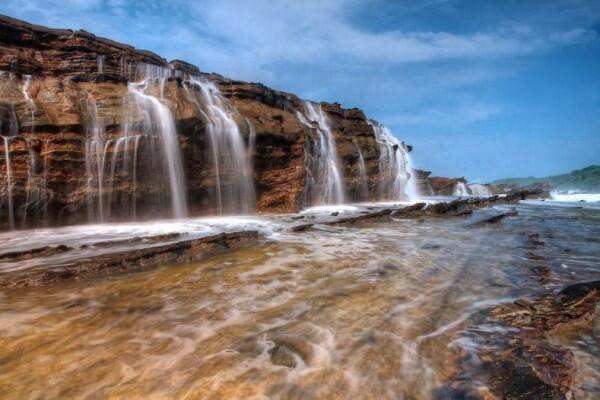 10 Potret Keindahan Laut & Air Terjun Menyatu di Pantai Karang Taraje